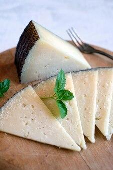 Portionen spanischer manchego cured cheese auf schneidebrett