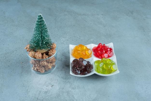 Portionen von bonbons und popcorn-süßigkeiten auf marmor.