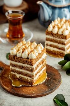 Portionierter honigkuchen serviert mit tee