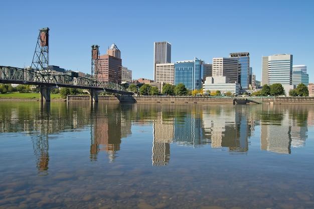 Portland downtown skyline und hawthorne bridge