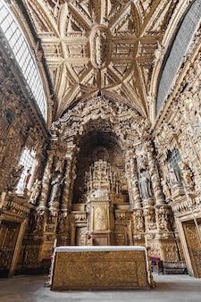 Porto, portugal - 01. juli: igreja de santa clara interieur am 1. juli 2014 in porto, portugal