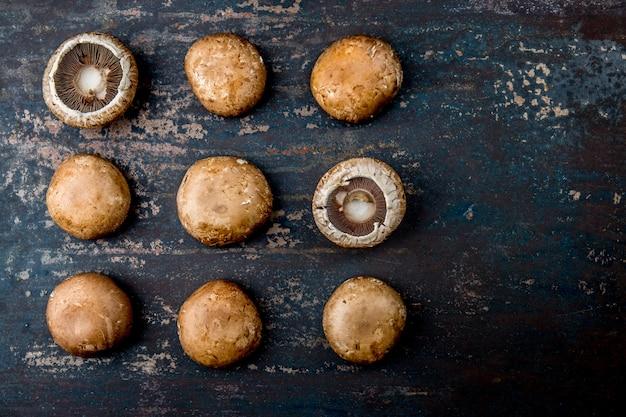 Portobello-pilz auf dunkler, draufsicht. portobello-muster