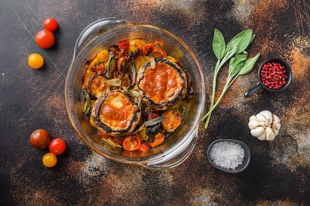 Portobello-pilze, gebacken mit cheddar-käse, kirschtomaten und salbei