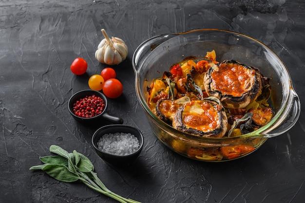 Portobello-pilze, mit zutaten gebacken