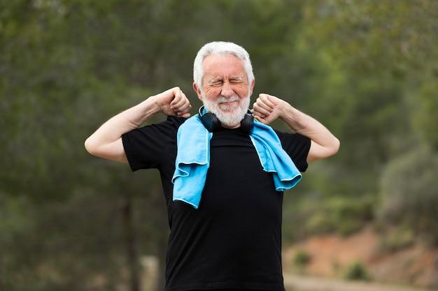 Porträt älterer mann, der auf berg joggt