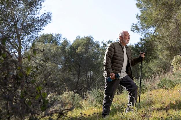 Porträt älterer mann, der auf berg wandert