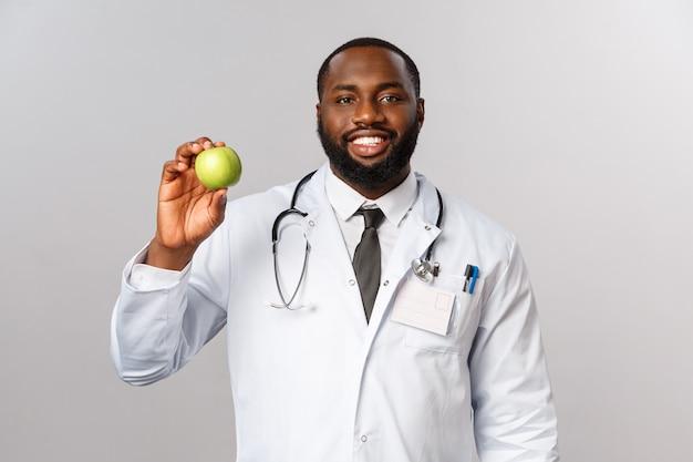 Porträt afroamerikaner doktor in der weißen uniform.