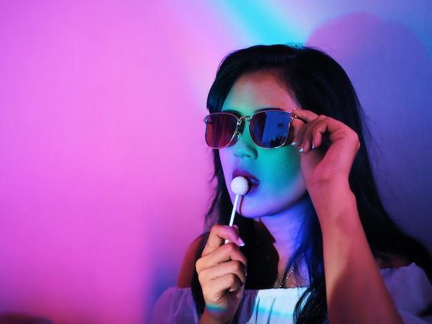 Porträt asiatische frau mit buntem neonlicht.