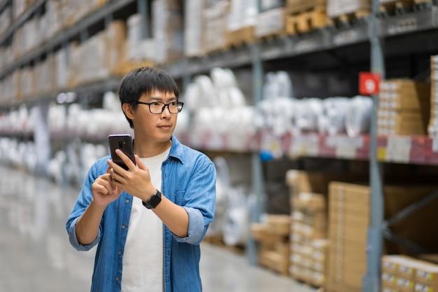 Porträt asiatische männer, mitarbeiter, produktzählung warehouse control manager
