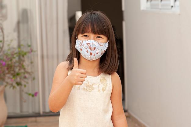 Porträt asiatisches mädchen mit maske