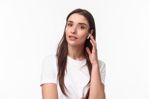 Porträt ausdrucksstarke junge frau mit airpods