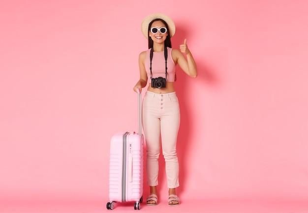 Porträt ausdrucksstarke junge frau mit koffer