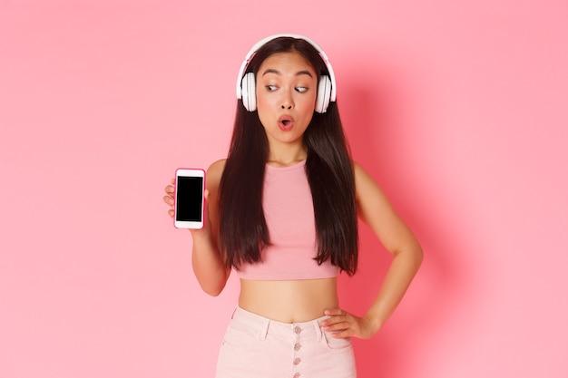 Porträt ausdrucksstarke junge frau mit kopfhörern, die musik hören Kostenlose Fotos