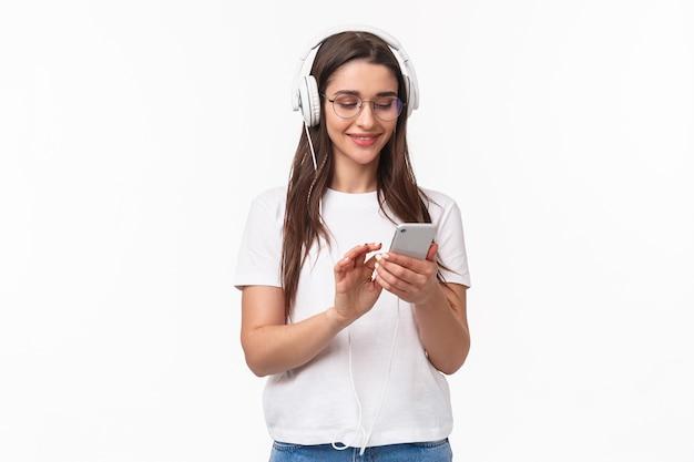 Porträt ausdrucksstarke junge frau mit mobiler musik hören
