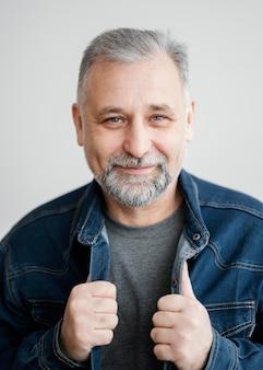 Porträt bärtiger mann mit jeansjacke
