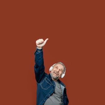 Porträt bärtiger mann mit kopfhörern, die ok zeichen zeigen