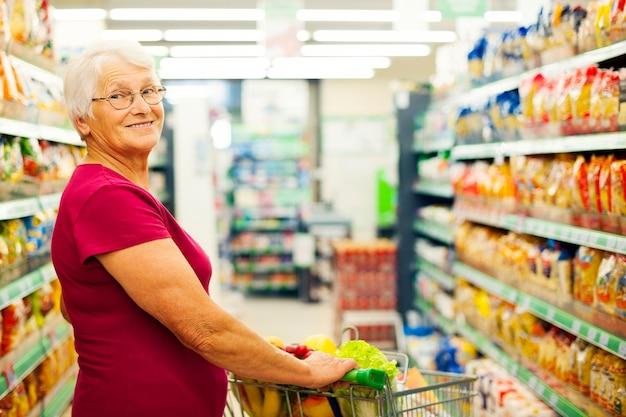 Porträt der älteren frau am supermarkt
