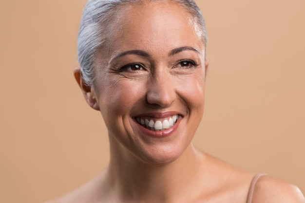 Porträt der älteren frau des glücklichen smiley