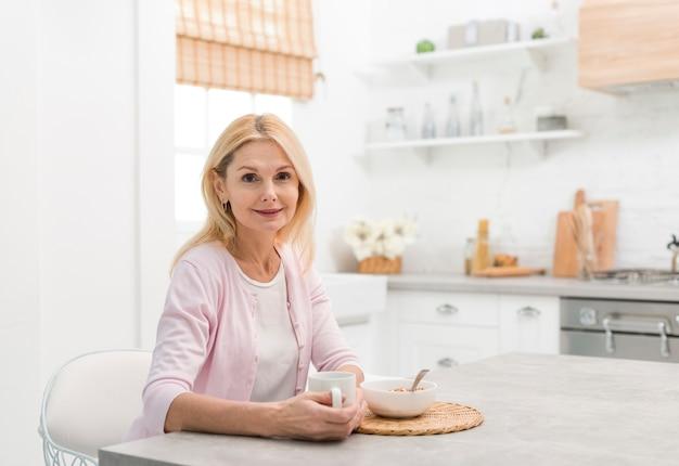 Porträt der älteren frau in der küche