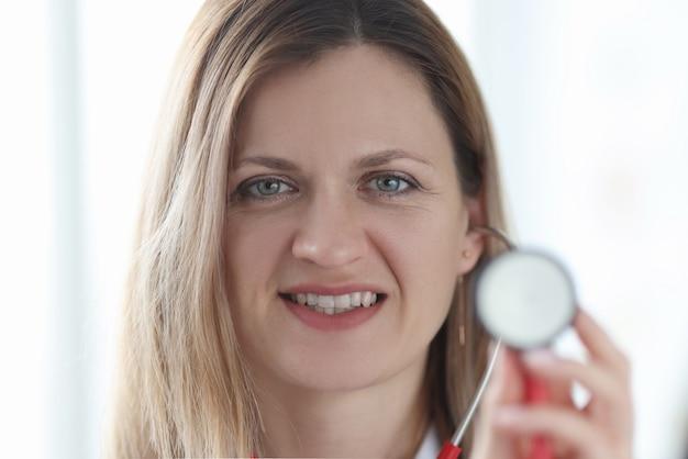 Porträt der ärztin mit stethoskop in der hand