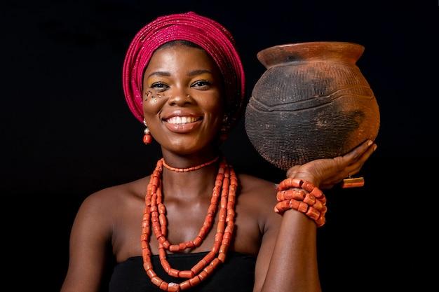 Porträt der afrikanischen frau, die traditionelle accessoires trägt