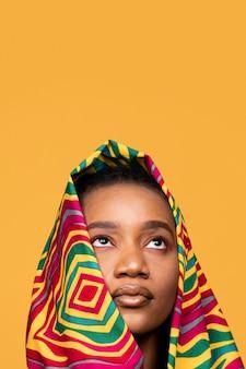 Porträt der afrikanischen frau mit bunter kleidung