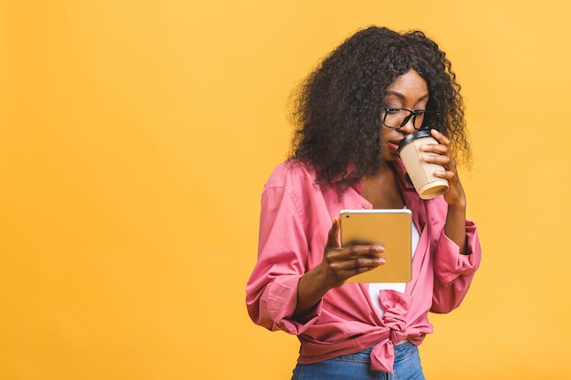 Porträt der afroamerikanerfrau, die kaffee trinkt