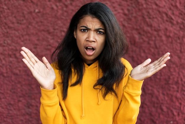 Porträt der afroamerikanerfrau, die schockiert schaut