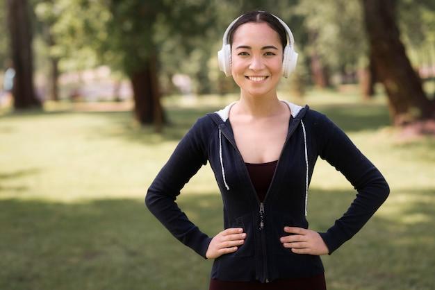 Porträt der aktiven frau, die musik hört