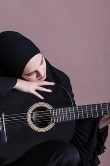 Porträt der arabischen frau mit gitarre
