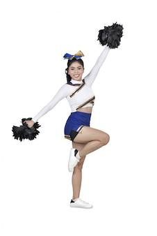 Porträt der asiatischen cheerleaderin mit pom poms