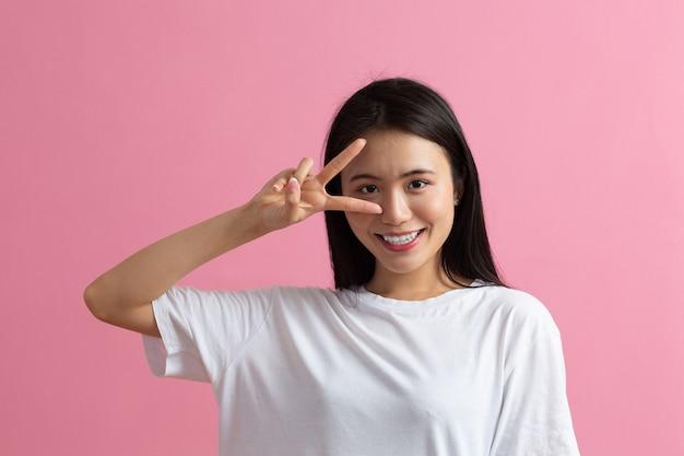 Porträt der asiatischen frau auf rosa hintergrund