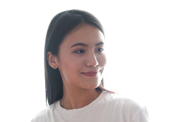 Porträt der asiatischen frau auf weißem hintergrund