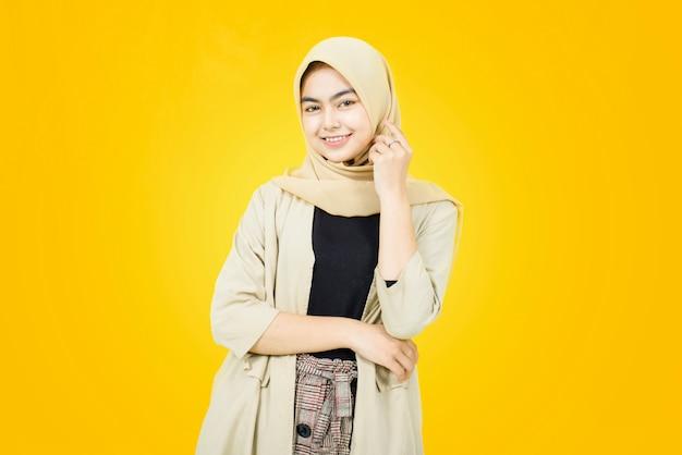 Porträt der asiatischen frauen mit glücklichem gesicht auf gelber wand