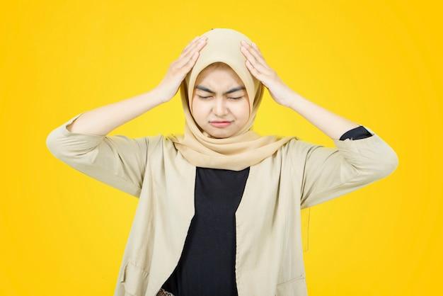 Porträt der asiatischen frauen mit traurigem gesicht auf gelber wand