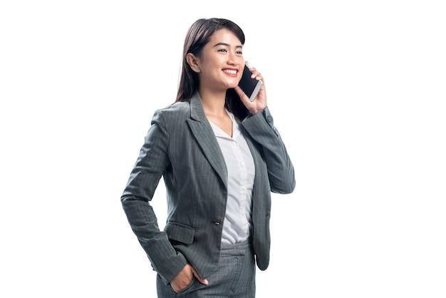 Porträt der asiatischen geschäftsfrau, die am telefon spricht