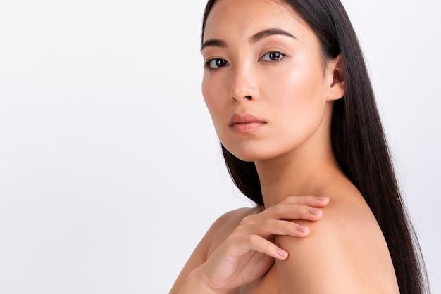Porträt der asiatischen hübschen frau