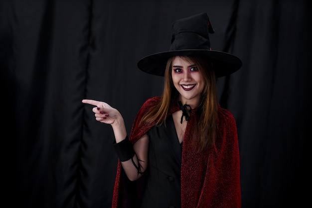 Porträt der asiatischen jungen erwachsenen teenagerfrau tragen halloween-kostümtuch für halloween-party. halloween feiern und internationales feiertagskonzept.