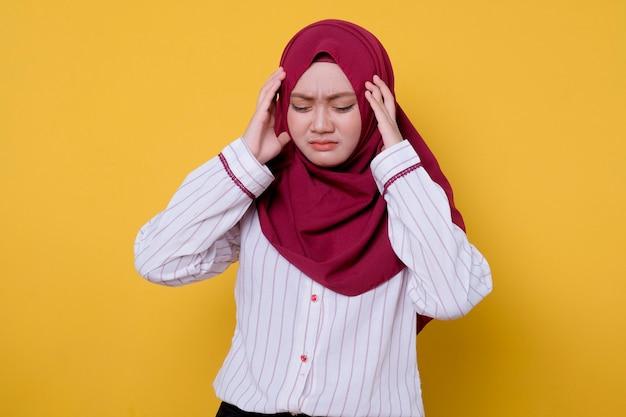 Porträt der asiatischen jungen frau, die hijab trägt, bekommen kopfschmerzen und verwirrenden ausdruck