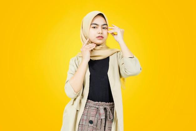 Porträt der asiatischen jungen frauen auf gelber wand