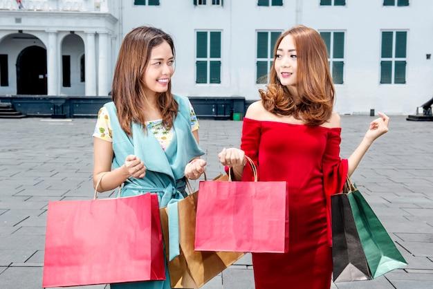 Porträt der asiatischen luxusfrau mit einigen einkaufstaschen