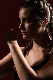 Porträt der athletischen frau in der eignungskleidung
