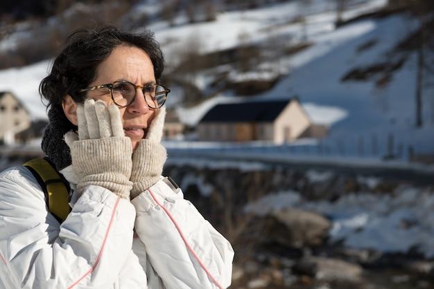 Porträt der attraktiven älteren frau im schnee