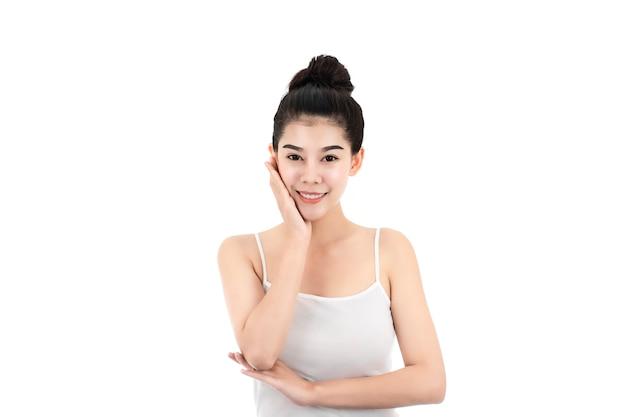 Porträt der attraktiven asiatischen jungen frau mit schönheitshaut und gesicht lokalisiert auf weißer oberfläche. gesundes haut- und gesichtspflegekonzept.