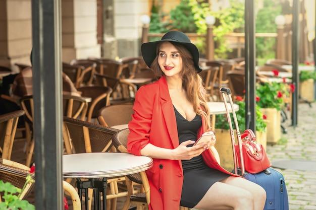 Porträt der attraktiven frau im café im freien