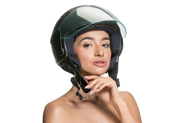 Porträt der attraktiven frau im motorradhelm