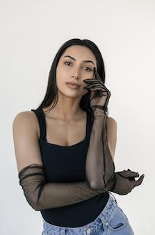 Porträt der attraktiven indischen frau, die trendige kleidung und stilvolle handschuhe trägt