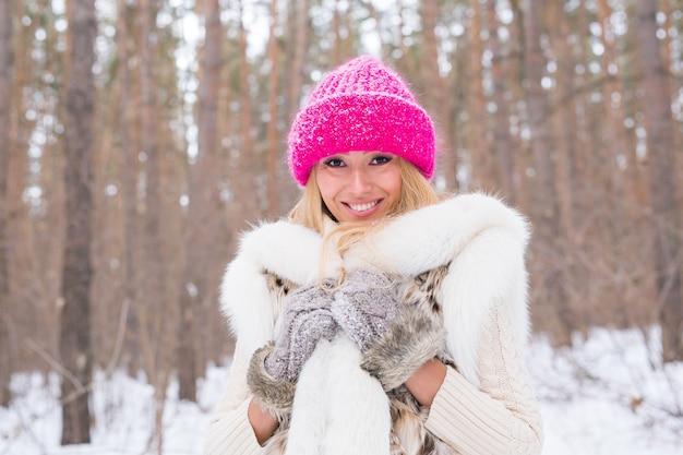 Porträt der attraktiven jungen blonden frau gekleidet im weißen kittel und
