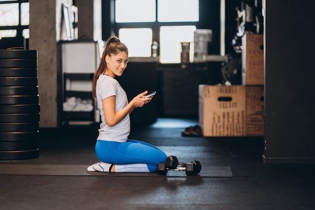 Porträt der attraktiven jungen frau, die yoga oder pilatesübung tut