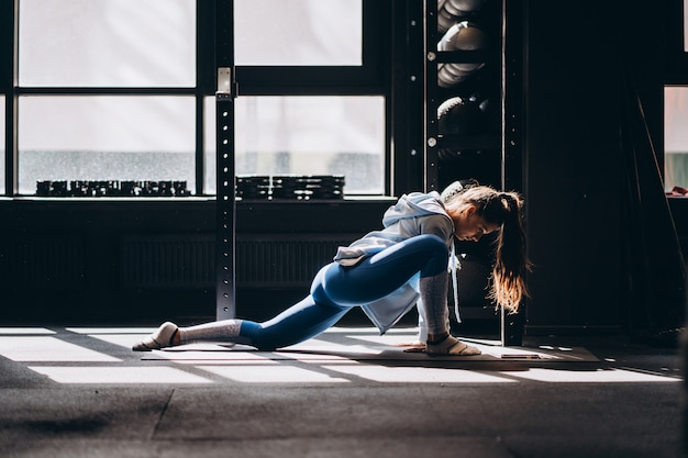 Porträt der attraktiven jungen frau, die yoga tut